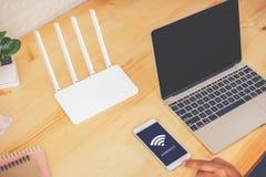 молодой человек используя чернь с соединяет wifi на экране Стоковое Фото