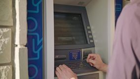Молодой человек используя ATM сток-видео