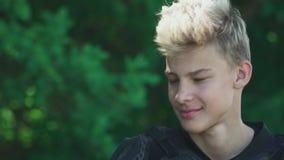 Молодой человек исправляет его волосы видеоматериал