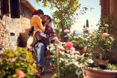 Молодой человек и девушка наслаждаясь отпуском стоковые изображения rf