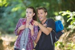 Молодой человек и женщина выпаданные из ускорения во время отклонения стоковые изображения