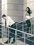 Молодой человек и женщина в конфликте Стоковая Фотография