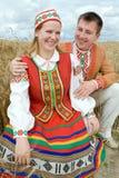 Молодой человек и женщина на поле. Стоковые Фотографии RF