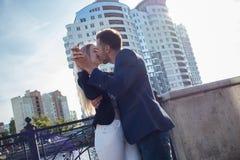 Молодой человек и женщина на предпосылке новых домов Стоковая Фотография RF