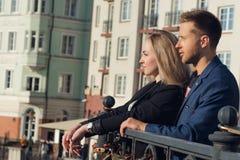 Молодой человек и женщина на предпосылке новых домов Стоковое Фото