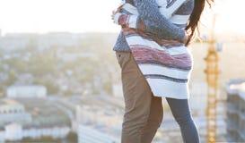 Молодой человек и женщина обнимают outdoors на заходе солнца осени Стоковая Фотография