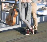 Молодой человек и женщина обнимают outdoors на заходе солнца осени Стоковые Фото