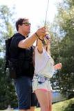 Молодой человек и женщина с рыболовной удочкой на реке в Германии Стоковые Фото