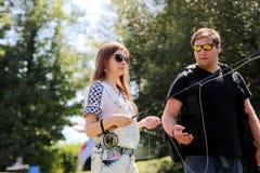 Молодой человек и женщина с рыболовной удочкой на реке в Германии Стоковая Фотография RF