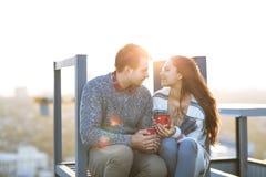 Молодой человек и объятие и иметь женщины потеха outdoors Стоковое Изображение
