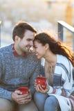 Молодой человек и объятие и иметь женщины потеха outdoors Стоковые Изображения RF