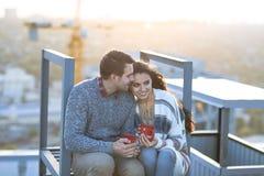 Молодой человек и объятие и иметь женщины потеха outdoors Стоковая Фотография RF