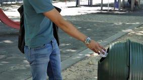 Молодой человек меча старье в мусорном ведре стоковые фотографии rf