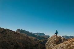 Молодой человек наблюдая красоту природы в южном Тироле, lagazuio rifugio, falzarego passo, italien доломиты Стоковая Фотография