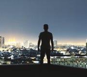 Молодой человек на предпосылке города стоковые изображения rf
