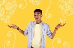 Молодой человек не имея никакую работу и безвыходно кладя его руки вверх стоковое фото