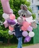 Молодой человек носит воздушные шары к партии детей стоковое фото