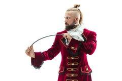Молодой человек нося традиционный средневековый костюм маркиза стоковые изображения