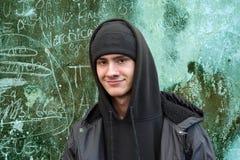 Молодой человек одетый в современных черном коте и hoodie стоковая фотография rf
