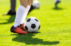Молодой человек пиная футбол outdoors футболисты молодые Стоковое Изображение