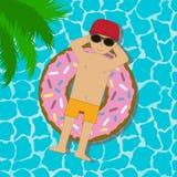 Молодой человек плавая на раздувной круг в бассейне Мальчик в солнечных очках и заплывание крышки в заплыве звенят в форме донута