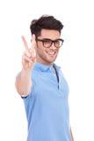 Молодой человек показывая знак победы Стоковое Изображение RF