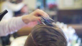 Молодой человек получая стрижку и стиль причёсок сток-видео