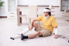 Молодой человек после аварии беря дома стоковые фото