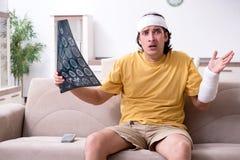 Молодой человек после аварии беря дома стоковые фотографии rf