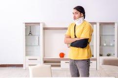 Молодой человек после аварии страдая дома стоковая фотография rf