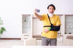 Молодой человек после аварии страдая дома стоковые изображения