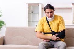 Молодой человек после аварии страдая дома стоковое фото rf