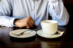 Молодой человек после приятного чаепития отдыхая и говоря по телефону в кафе бизнес-ланч, деловые встречи стоковые изображения rf