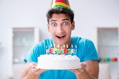 Молодой человек празднуя день рождения самостоятельно дома стоковая фотография rf