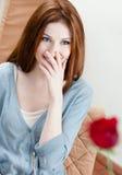 Молодой человек представляет розу шарлаха к подружке Стоковая Фотография