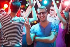 Молодой человек представляя в ночном клубе стоковое изображение rf