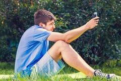 Молодой человек принимает Selfie стоковое фото