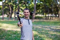 Молодой человек принимая selfie на камере действия Стоковое Изображение RF