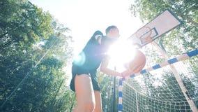 Молодой человек при бионическая простетическая рука играя баскетбол