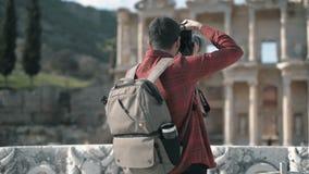 Молодой человек путешествует древний город Selcuk Izmir Турция Ephesus видеоматериал