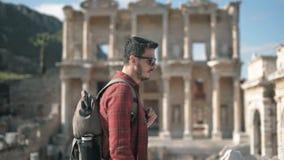 Молодой человек путешествует древний город Selcuk Izmir Турция Ephesus акции видеоматериалы