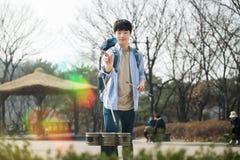 Молодой человек путешествуя в Корее Корейская традиционная игра Стоковое Изображение