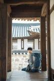Молодой человек путешествуя в Корее Корейский традиционный дом Стоковое Фото