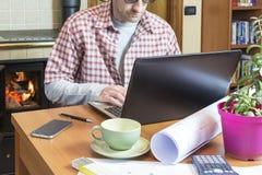 Молодой человек работает удаленно через интернет-связь стоковое фото