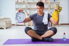 Молодой человек работая дома в спорт и здоровом жулике образа жизни Стоковые Изображения