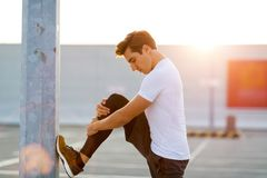 Молодой человек работая outdoors стоковая фотография