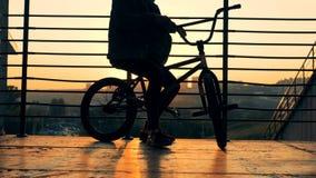 Молодой человек сидя на велосипеде, конец вверх сток-видео