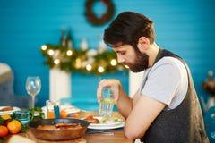 Молодой человек сидя самостоятельно на официальныйе обед стоковые изображения rf