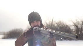 Молодой человек сконцентрирован на стрельбе сток-видео