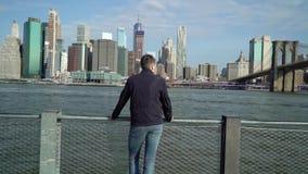 Молодой человек смотря небоскребы акции видеоматериалы
